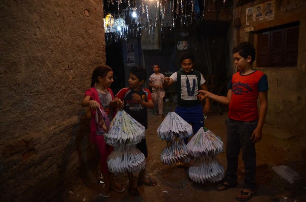 أطفال صنعوا فوانيس من الورق لتزيين البيوت بها