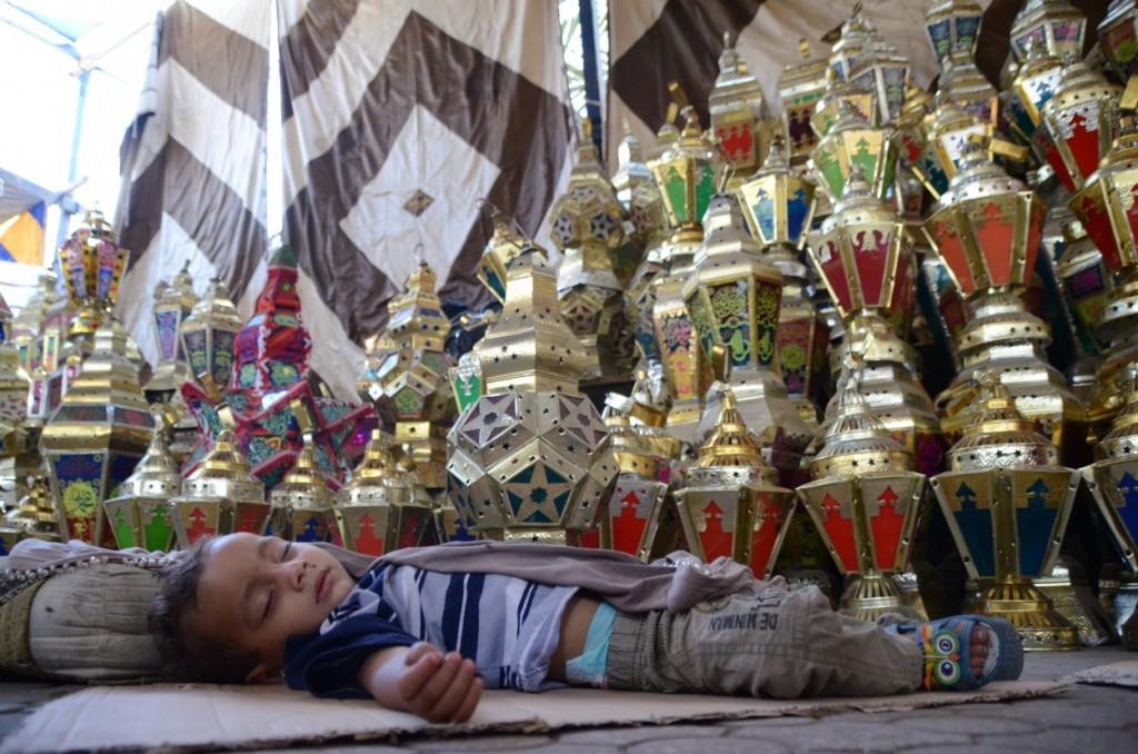 طفل نائم فى احدى شوادر بيع الفوانيس فى السيدة زينب