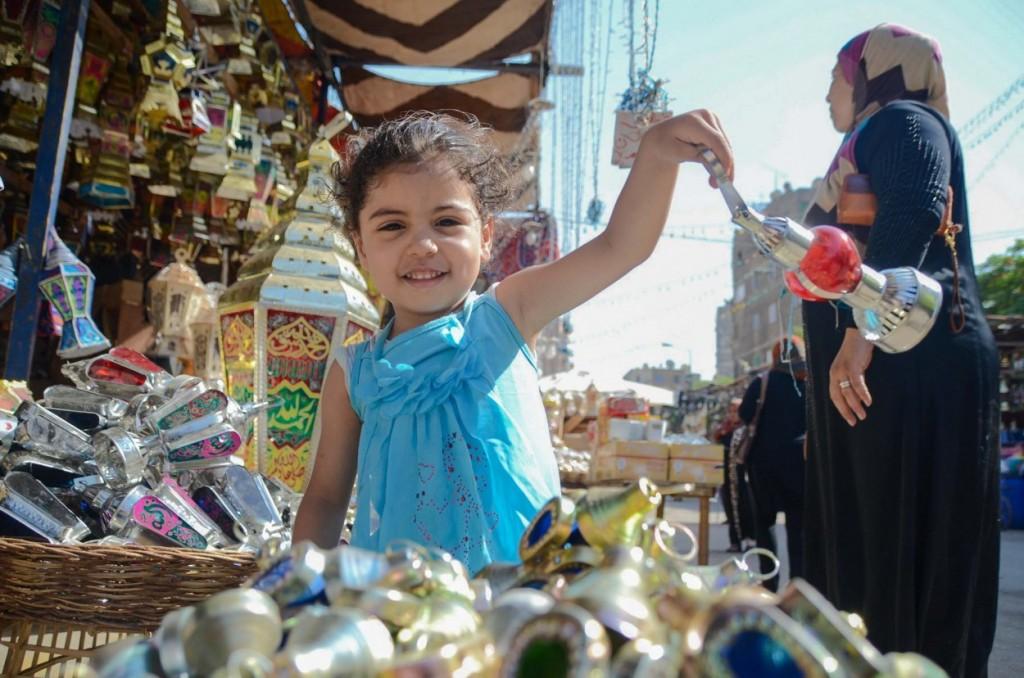 طفله تلعب بفانوس رمضان