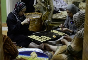ربات البيوت يقمن بصناعة كعك العيد