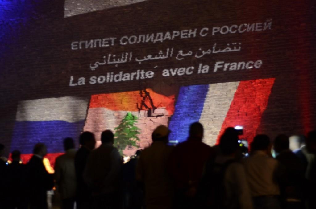كتب على الهرم عبارات باللغة العربية والفرنسية والروسية ضد الارهاب
